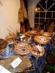 Una muestra de trabajos de cestería expuestos en la IX Feria de Artesanía. Ponferrada, 23 dic. 2011. Foto: Enrique L. Manzano.